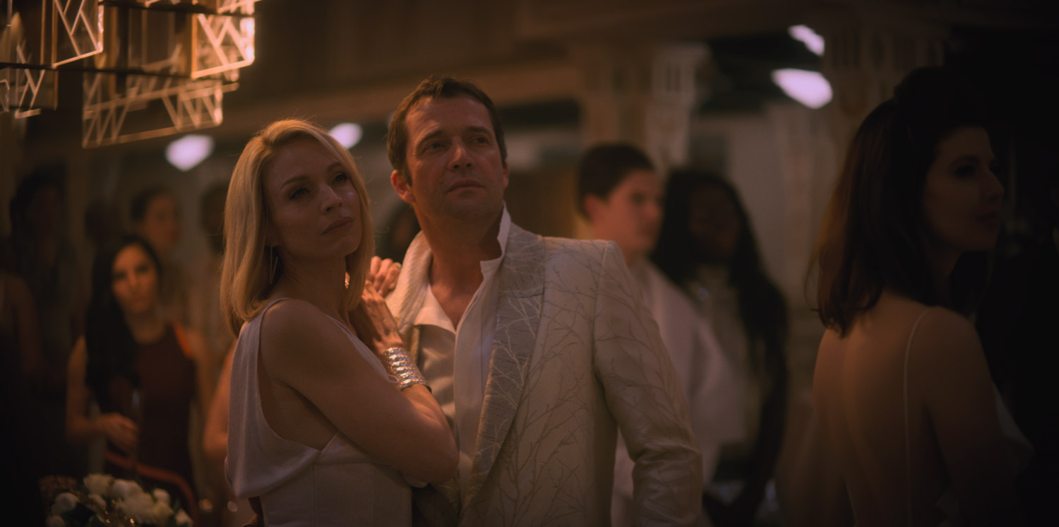 Altered Carbon - serie netflix - Kristin Lehman y James Purefoy