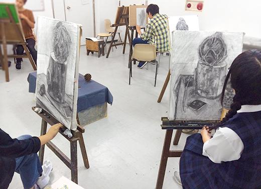横浜美術学院の中学生教室 美術クラブ 「木炭デッサンを描こう!」制作の様子1