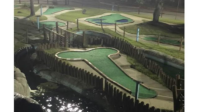 Lapangan golf yang bentuknya seperti......tulang kan