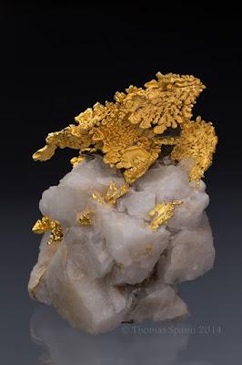 Oro nativo sobre cuarzo