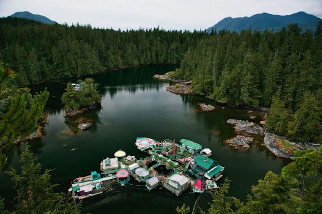 Esta pareja tardó 20 años en construir esta isla flotante