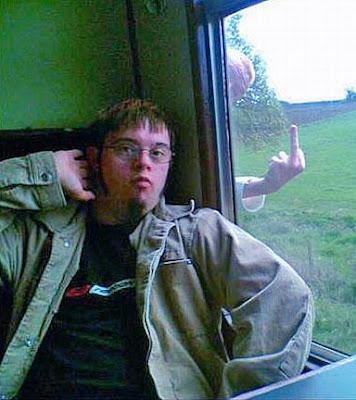 Witziges Fenster Foto - Mann im Zug Stinkefinger