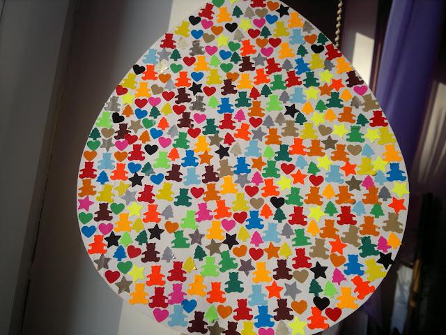 Mały dziurkacz, kolorowy papier, wycięte jaja z kartonu i wielkie, kilkugodzinne klejenie!
