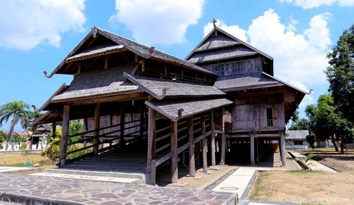 Rumah Adat Provinsi Nusa Tenggara Barat ( Rumah Istana Sultan Sumbawa )