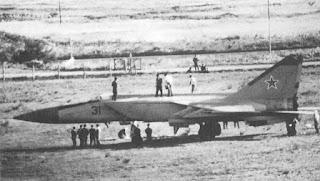 31 rosso, il MiG-25 di Belenko, a Hakodate, circondato da varie persone.