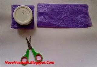 potong lipatan-lipatan kantong plastik bekas dengan gunting