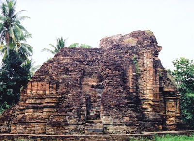 Reruntuhan Wat (Candi) Kaew yang berasal dari zaman Sriwijaya di Chaiya, Thailand Selatan.