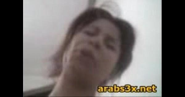 بنت مصرية تمص زب حبيبها وتفتح طيزها تتناك فيها