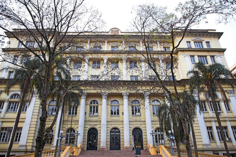Na última terça-feira (31), foram pagos integralmente os salários para quem tem rendimento líquido de até R$ 2 mil - Foto: Alex Rocha/Palácio Piratini