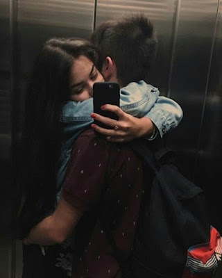 foto tumblr en pareja en ascensor abrazados
