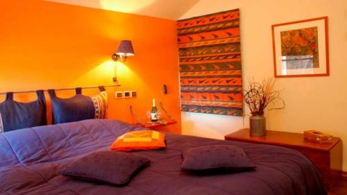 15 dormitorios decorados con naranja dormitorios colores y estilos. Black Bedroom Furniture Sets. Home Design Ideas