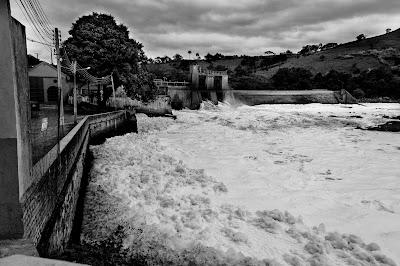 Espuma provocada pela usina hidrelétrica da Estrada dos Romeiros - Itú - Cabreúva