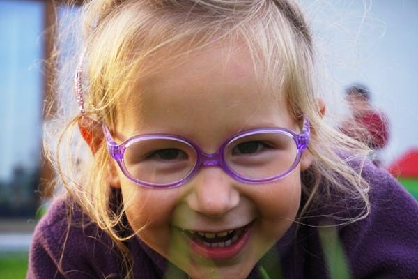 uśmiechnieta czterolatka w okularach