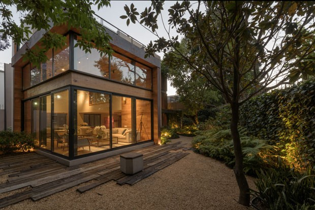 Una casa moderna para vivir la naturaleza en la ciudad for Casa moderna 9 mirote y blancana