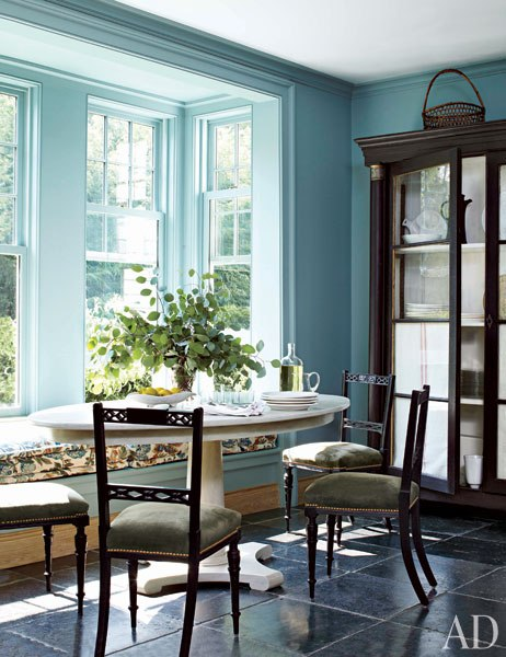 Blue breakfast nook with window seat banquette. Miles Redd. #windowseat #bluekitchen #breakfastnook