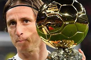 لوكا مودريتش يعرض الكرة الذهبية وسيميوني يقصف اللاعب بتصريحات مستفزة
