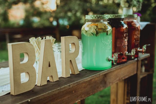 Bar z napojami ze słojów na wesele ekologiczne - oszczędność plastiku.