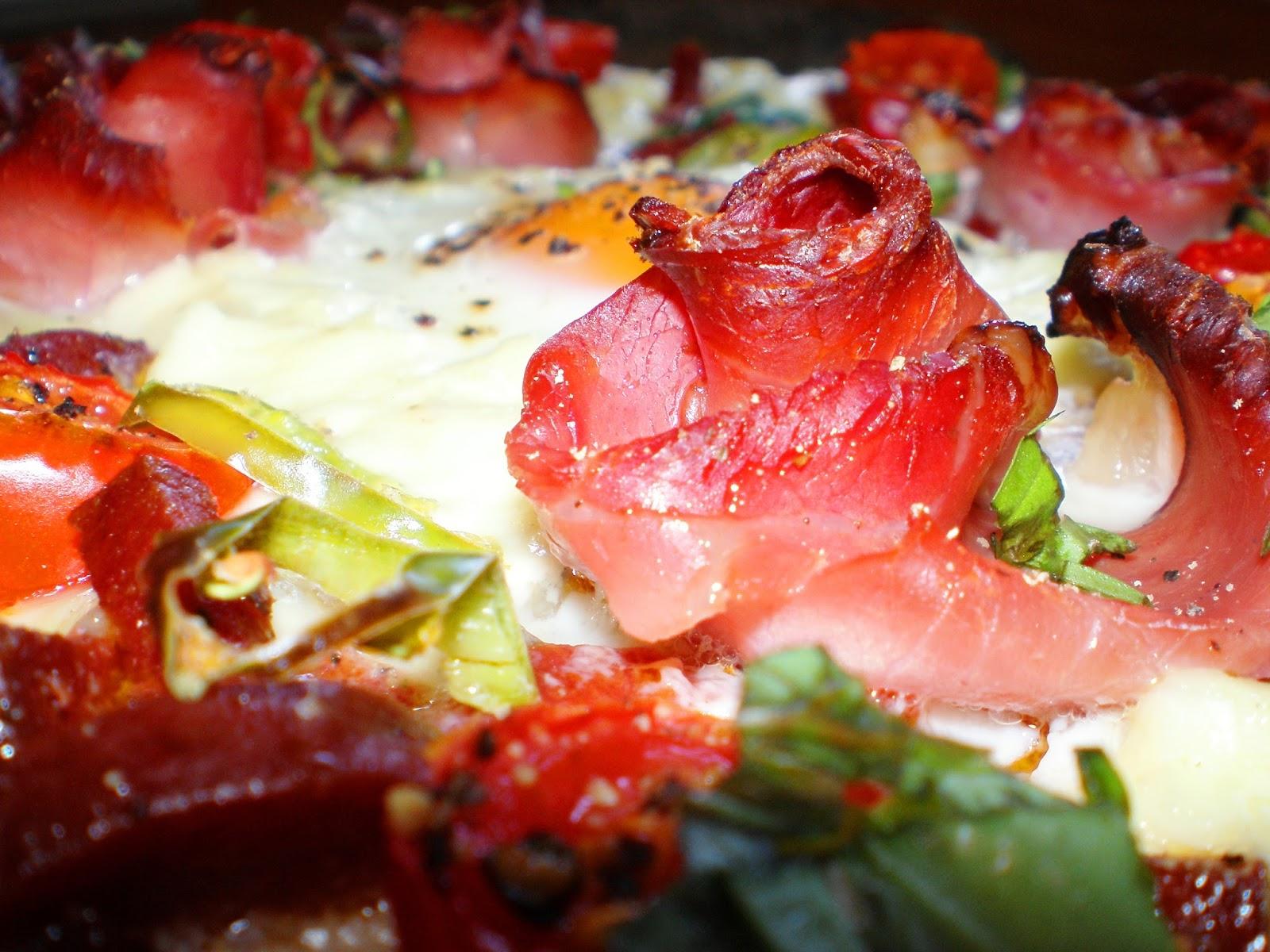 Pizza țărănească cu trandafiri din bacon