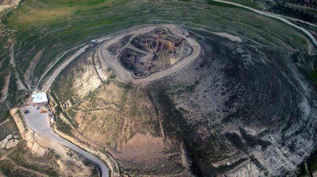 Herodión: Los restos de una antigua fortaleza sobre una colina artificial construida por el rey Herodes