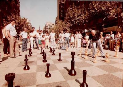 Ángel Ribera Jugando al ajedrez en medio de la Avenida Gaudí en 1985