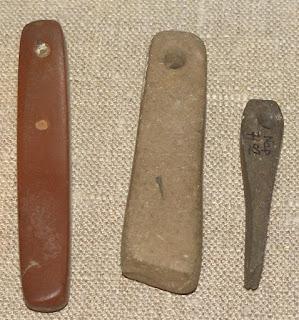 Wczesnośredniowieczne osełki eksponowane w Domu Eskenów w Toruniu
