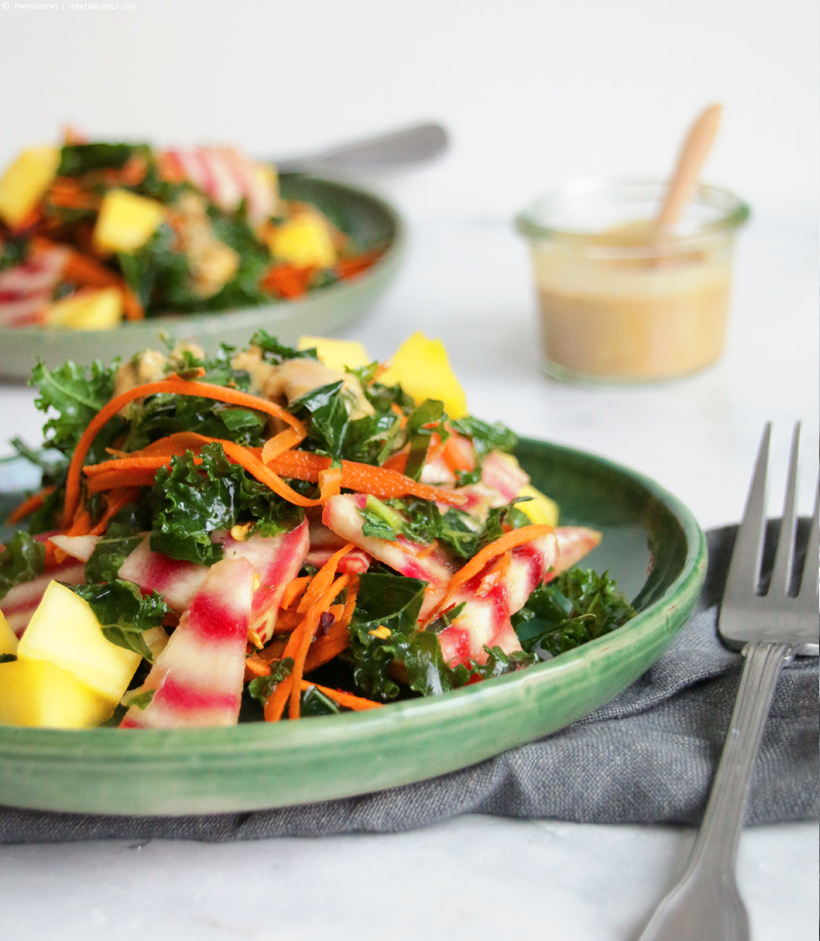 Kalesalad with mango and peanut-dressing