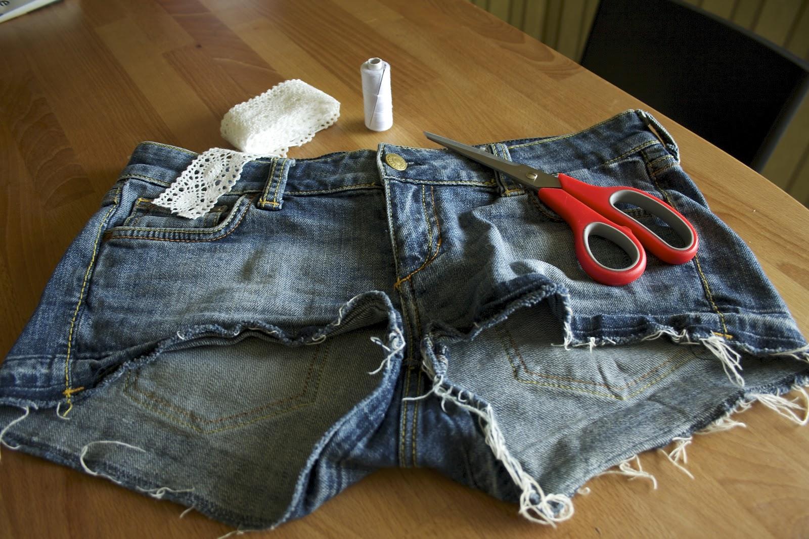 4706e17e4f84 För några veckor sedan skrev jag ett inlägg om hur man kan använda  spetsband för att dekorera ett par byxor. Efter det har jag trillat över  fler tutorials ...