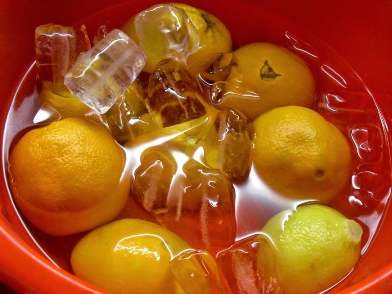 Poniendo las naranjas en agua fría.