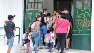 Imagen repetida. Como sucedió el 5 y 6 de marzo y el 5 de abril, muchos chicos de las escuelas públicas bonaerenses deberán ir al colegio para ver si tienen clases.