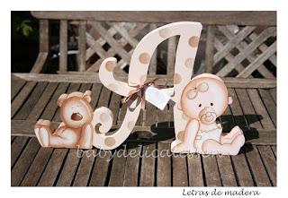 letra A de madera con bebé y osito para apoyar babydelicatessen