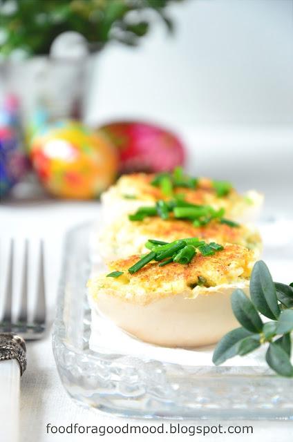 Na wielkanocne śniadanie polecam faszerowane jajka na ciepło. Pyszne nadzienie z wędzonego pstrąga, zieleniny i przypraw po brzegi wypełnia przepołowione skorupki. Wierzch obtoczony w bułce tartej i zrumieniony na maśle chrupie i pięknie pachnie. Prostota, ale z polotem, na pewno przyjemnie Was zaskoczy. Na moim stole bardzo mile widziane. Nie tylko od święta :)