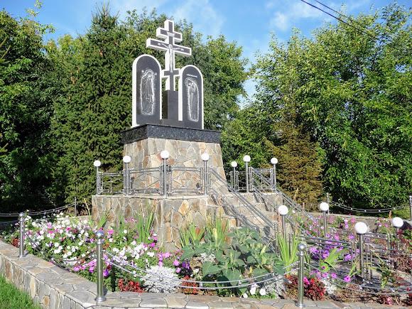 Банчены. Свято-Вознесенский монастырь. Крест на повороте к монастырю