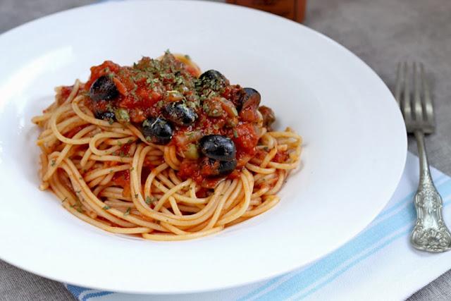 Spaghetti alla puttanesca, włoski makaron z oliwkami,