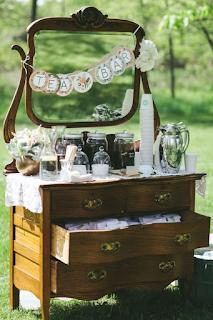 une décoration de mariage eco-friendly en détournant les objets du quotidien meubles anciens bar à thème blog mariage www.unjourmonprinceviendra26.com