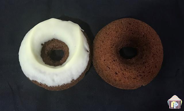 Donuts de chocolate cubiertos con chocolate blanco (sin gluten)