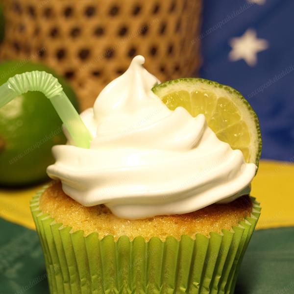 """Cupcakes Brésiliens à la Caïpirinha : parfumés au citron vert et arrosés de quelques gouttes de cachaça, des Cupcakes pour adulte à """"siroter"""" sur la plage au coucher du soleil."""