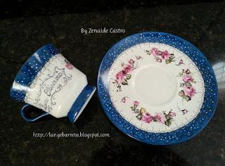 Xícara de porcelana pintada a mão by Zenaide Castro.