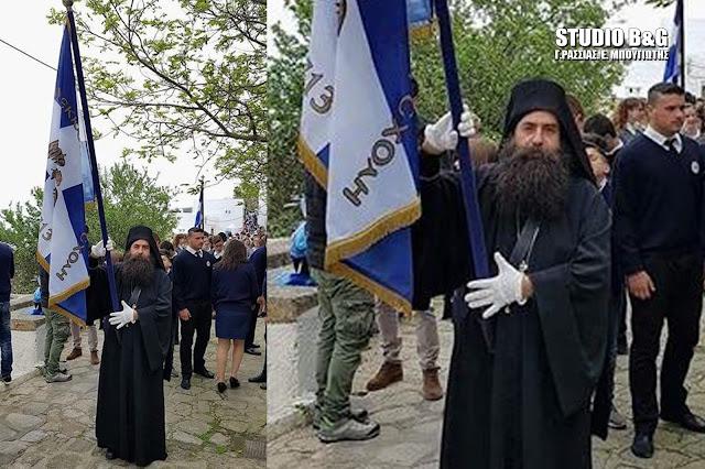 Μοναχός από το Άργος παρέλασε ως σημαιοφόρος στη Πάτμο παρουσία του Υπουργού Π. Κουρουμπλή (βίντεο)