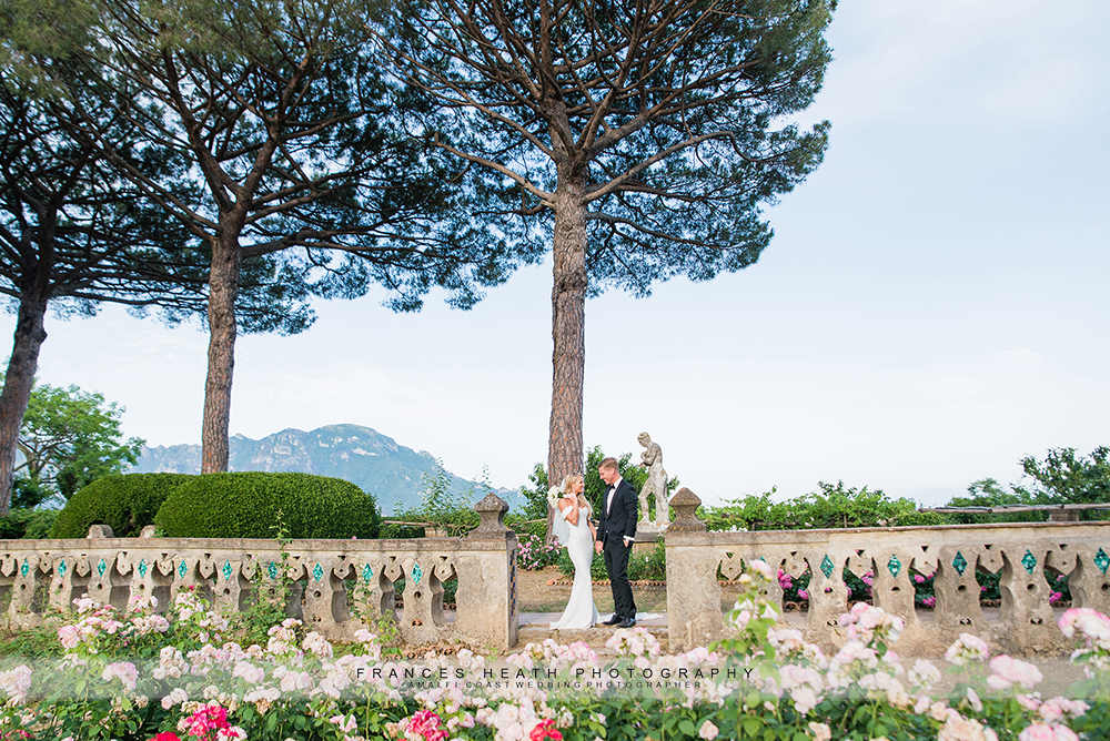 Wedding couple in Villa Cimbrone gardens