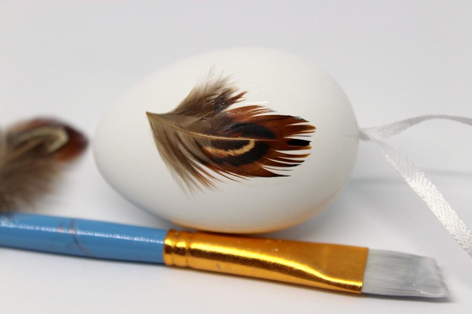 Schnelle Osterdekoration selber machen: DIY Ostereier mit Federn bekleben