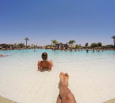 Марракеш, Марокко. Marrakech, Morocco девушка отдыхает в бассейне с видом на пальмы