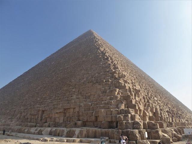la piramide di cheope vista da vicino