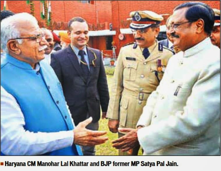Haryana CM Manohar Lal Khattar and BJP former MP Satya Pal Jain interacting during 'At Home' in Punjab Raj Bhavan o