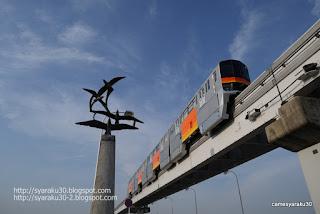立日橋上空をゆくモノレール写真