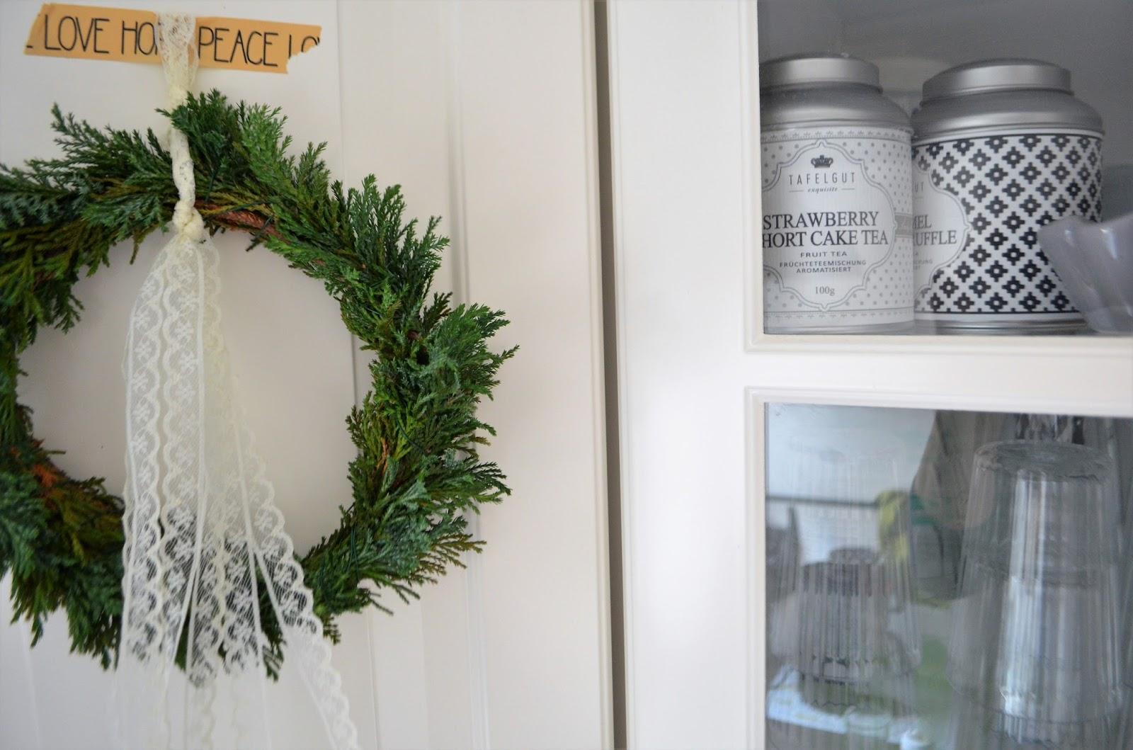 erstaunlich Schnelle Weihnachtsdeko Part - 14: Oder noch einfacher: Nehmt eine künstliche Girlande und legt diese auf die  Dunstabzugshaube. Wenn Ihr noch ein paar Buchsbaumzweige in die Girlande  steckt, ...