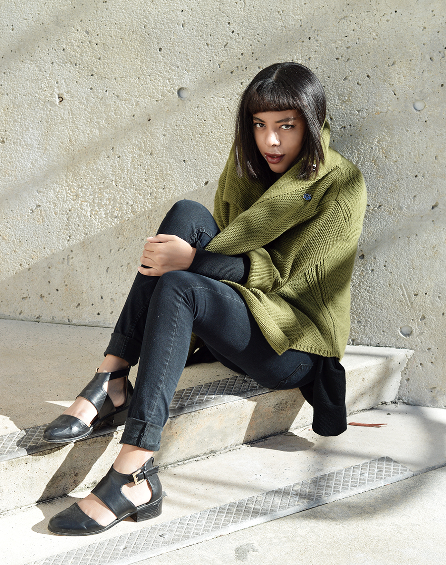 Minimalist Indie Fashion Blogger Anais Alexandre in Urban Outfitters high waisted black skinny jeans and Ecote shoes with a vintage moss green chunky knit sweater