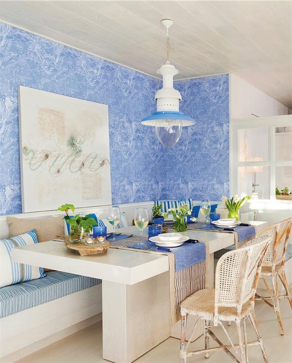 comedor con pared en azul y blanco de obra chicanddeco