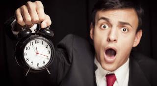 Om disperat cu un ceas în mână - imagine preluată de pe charismanews.com