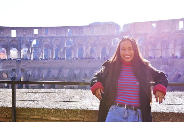 melissa sonriente dentro del coliseo romano