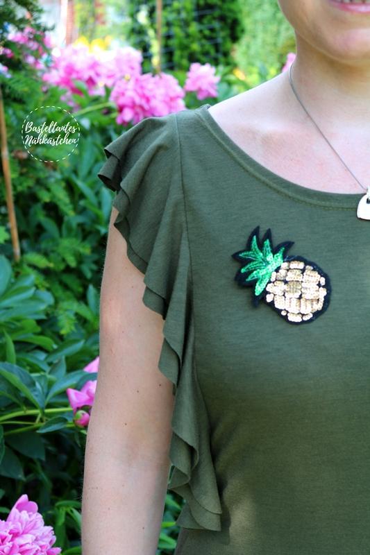 t Shirt nähen - Issum von Schnittquelle Shirt mit Volants mit Ananas Patch Anstecker nähen